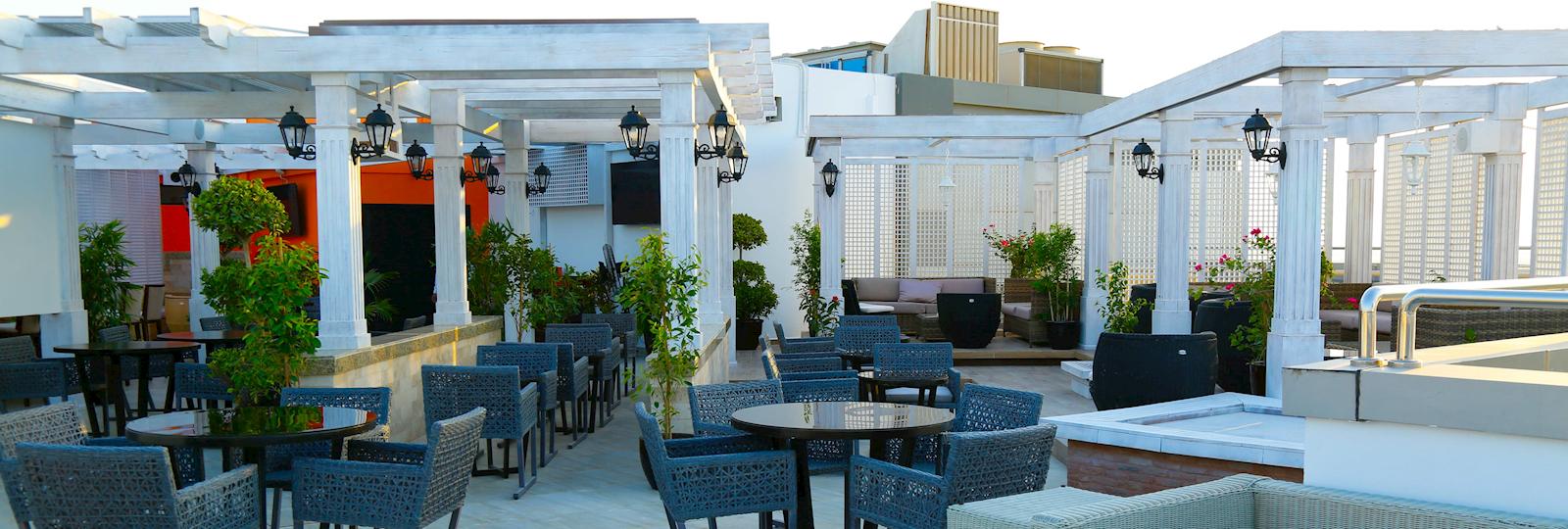 تناول الطعام في تراس السطح المفتوح بمطعم يا هلا بفندق وأجنحة رمادا جزر أمواج